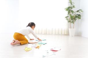 室内で遊ぶ二人の子供の写真素材 [FYI04721408]