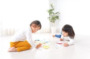 室内で遊ぶ二人の子供の写真素材 [FYI04721419]