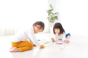 室内で遊ぶ二人の子供の写真素材 [FYI04721420]