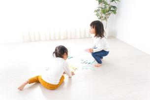 室内で遊ぶ二人の子供の写真素材 [FYI04721422]
