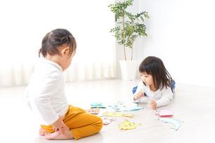 室内で遊ぶ二人の子供の写真素材 [FYI04721423]