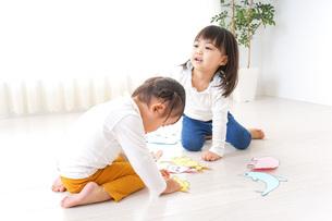 室内で遊ぶ二人の子供の写真素材 [FYI04721424]