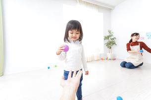 保育園で遊ぶ子供の写真素材 [FYI04721432]