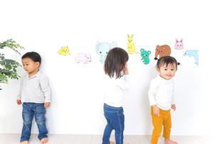 保育園で遊ぶ子供たちの写真素材 [FYI04721433]
