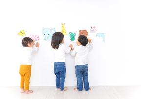 保育園で遊ぶ子供たちの写真素材 [FYI04721439]