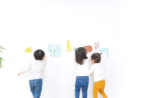 保育園で遊ぶ子供たちの写真素材 [FYI04721441]