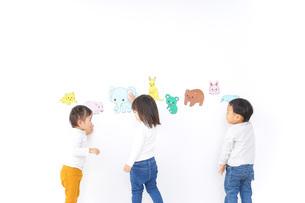 保育園で遊ぶ子供たちの写真素材 [FYI04721443]