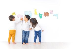 保育園で遊ぶ子供たちの写真素材 [FYI04721447]