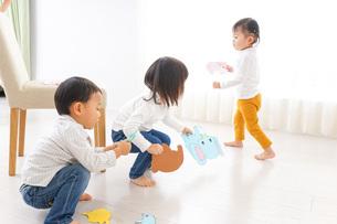 保育園で遊ぶ子供たちの写真素材 [FYI04721451]