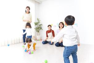 幼稚園の先生と子供の写真素材 [FYI04721452]