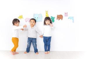 保育園で遊ぶ子供たちの写真素材 [FYI04721453]