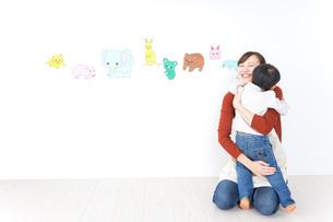 こども園・保育園・幼稚園で遊ぶ子供と先生の写真素材 [FYI04721479]