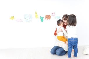こども園・保育園・幼稚園で遊ぶ子供と先生の写真素材 [FYI04721481]