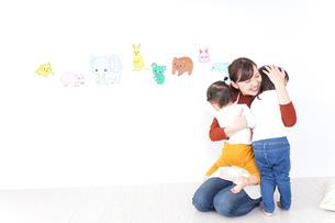 こども園・保育園・幼稚園で遊ぶ子供と先生の写真素材 [FYI04721482]