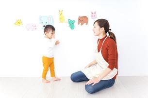 こども園・保育園・幼稚園で遊ぶ子供と先生の写真素材 [FYI04721484]