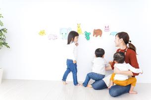 こども園・保育園・幼稚園で遊ぶ子供と先生の写真素材 [FYI04721485]