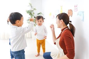 こども園・保育園・幼稚園で遊ぶ子供と先生の写真素材 [FYI04721487]
