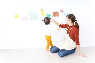 こども園・保育園・幼稚園で遊ぶ子供と先生の写真素材 [FYI04721490]