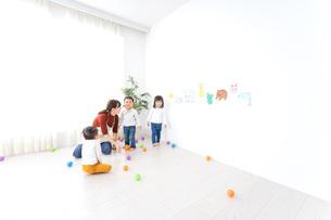 こども園・保育園・幼稚園で遊ぶ子供と先生の写真素材 [FYI04721496]