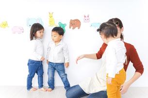 こども園・保育園・幼稚園で遊ぶ子供と先生の写真素材 [FYI04721497]