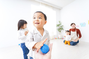 こども園・保育園・幼稚園で遊ぶ子供と先生の写真素材 [FYI04721503]