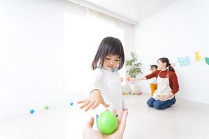 こども園・保育園・幼稚園で遊ぶ子供と先生の写真素材 [FYI04721504]