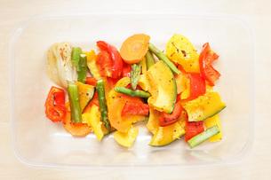カラフルな野菜料理の写真素材 [FYI04721545]