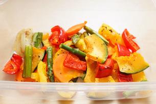 カラフルな野菜料理の写真素材 [FYI04721548]