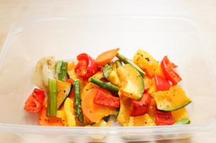 カラフルな野菜料理の写真素材 [FYI04721553]