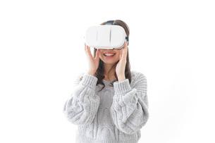 VRの体験をする女性の写真素材 [FYI04721840]