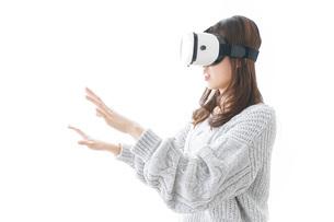 VRの体験をする女性の写真素材 [FYI04721841]
