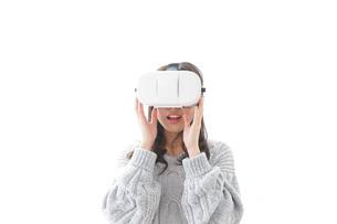 VRの体験をする女性の写真素材 [FYI04721843]