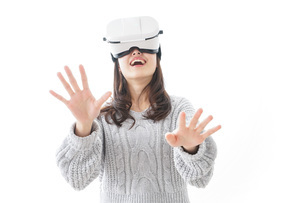 VRの体験をする女性の写真素材 [FYI04721844]