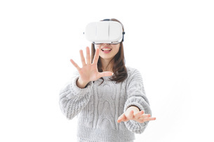 VRの体験をする女性の写真素材 [FYI04721846]