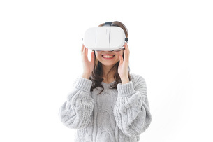 VRの体験をする女性の写真素材 [FYI04721847]