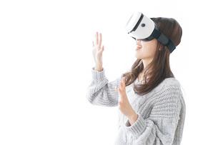 VRの体験をする女性の写真素材 [FYI04721853]