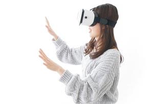 VRの体験をする女性の写真素材 [FYI04721857]