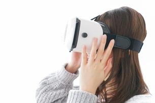 VRの体験をする女性の写真素材 [FYI04721860]