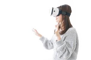 VRの体験をする女性の写真素材 [FYI04721864]