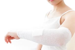 腕のケガをした女性の写真素材 [FYI04721879]