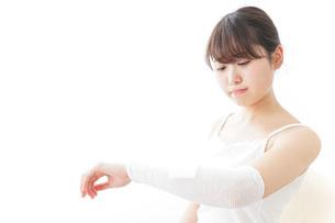 腕のケガをした女性の写真素材 [FYI04721886]