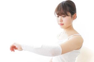 腕のケガをした女性の写真素材 [FYI04721888]