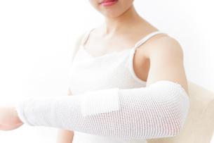 腕のケガをした女性の写真素材 [FYI04721891]