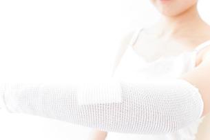 腕のケガをした女性の写真素材 [FYI04721892]