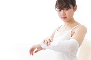 腕のケガをした女性の写真素材 [FYI04721901]