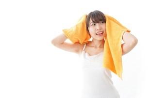 お風呂上がりの女性の写真素材 [FYI04721926]