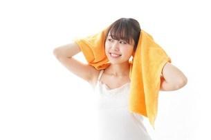 お風呂上がりの女性の写真素材 [FYI04721927]