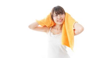 お風呂上がりの女性の写真素材 [FYI04721937]