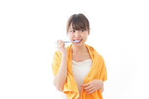 ハミガキをする女性の写真素材 [FYI04721968]