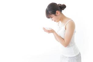 洗顔をする女性の写真素材 [FYI04722006]